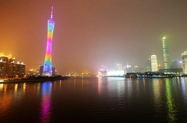 广州塔位于广州市中心,城市新中轴线与珠江景观轴交汇处, 与海心沙岛
