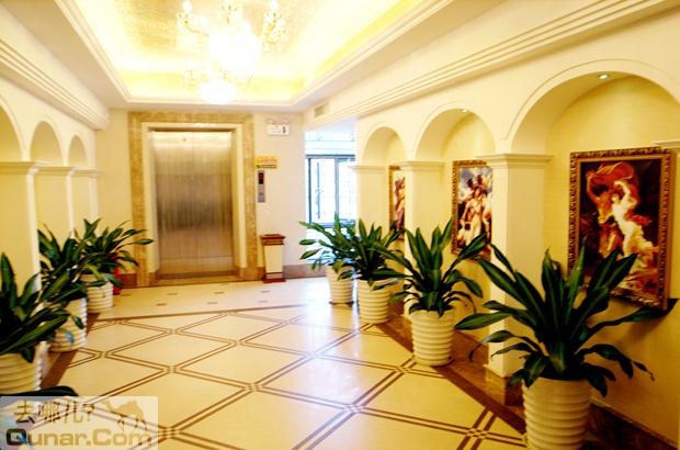 只感受到超值的高贵和典雅;     白色拱门装饰着金框名画,让欧式风格