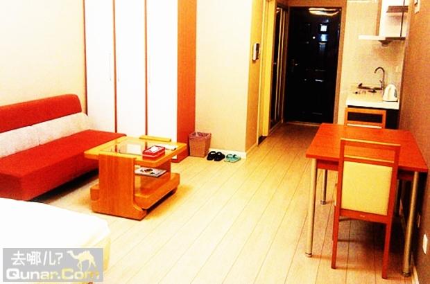 铺满浅黄色系木地板及进口现代风格壁纸, 配置总体跳跃的橙色