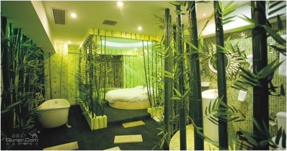 酒店景观商务客房采用白色钢琴烤漆欧式家具,加厚羊毛地毯,高档无纺布