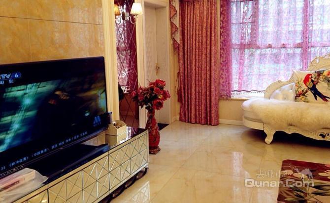 客厅:欧式贵妃沙发,大理石茶几,铺地毯,50寸tcl电视机.