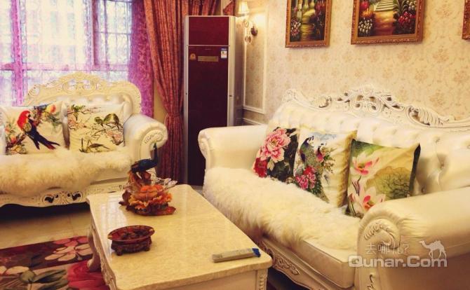客厅:欧式贵妃沙发,大理石茶几