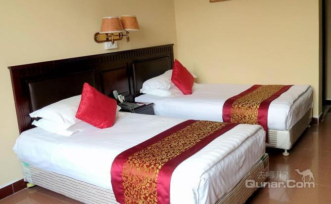 宾馆毗邻广州西关传统商业旅游区,享开阔的白鹅潭江景和优雅的沙面岛