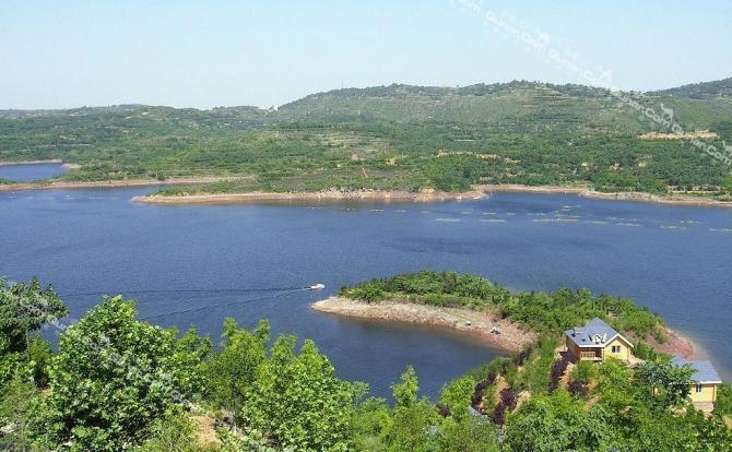 度假村位于黄河小浪底风景名胜区的库区南岸