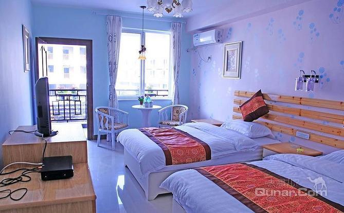 酒店装修风格为仿欧式田园,配以油画,艺术墙纸,鲜花,灯具等完美的搭配