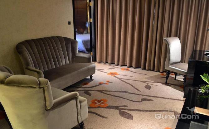 客房,会议,宴会服务为一体,且酒店周边交通便利,位于邮电路,手机通讯