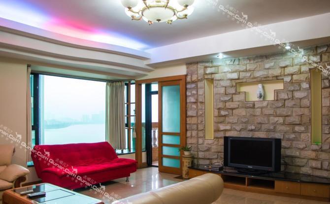房间内部为简欧式装修,明亮整洁,家私家电齐全,是全家或结伴出游的