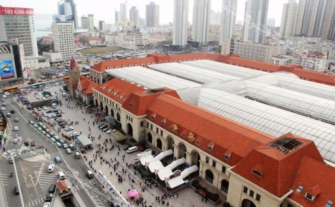 青岛海景阳光公寓位于火车站东出站口50米处的如意大厦上,火车站东出