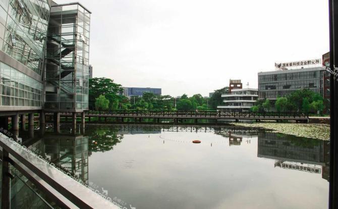 东莞在水一方商务酒店坐落于国家4a级生态景区松山湖风景区内,与松山