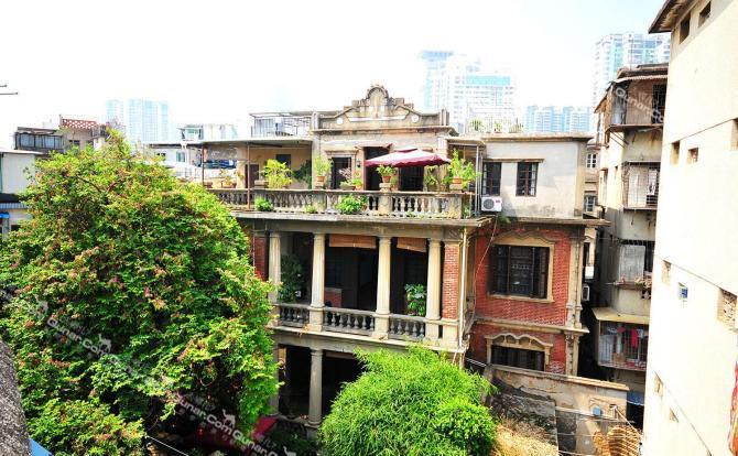 老别墅旅馆地处商圈街巷内闹中取静,外观建筑欧式风格三层楼,每层各带