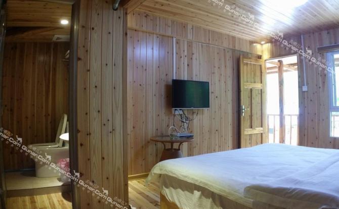 德化桃源阁民宿以绿色生态度小木屋建造,设有窗明几净的客房,内置设施