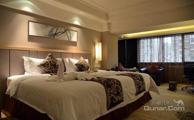 红酒吧是酒店一道靓丽的风景线,宾客可于景池边的欧式雅座休憩,浅斟