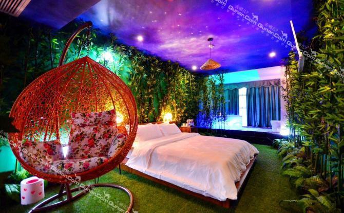 房间的墙画由设计师手绘,每个房间的主题各不相同,给您轻奢级的浪漫