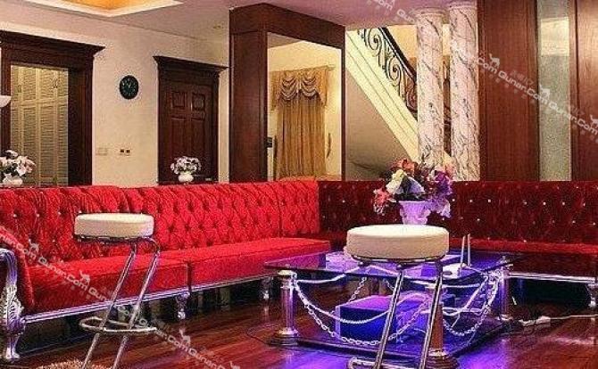 居中一张豪华欧式的大床配金碧辉煌的背景墙