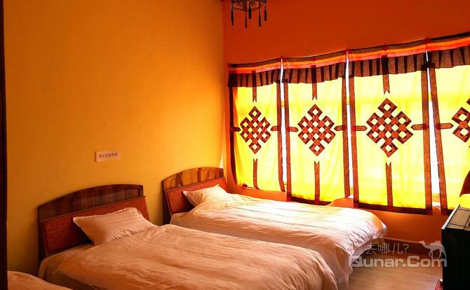 客栈装修风格为藏式装修,客房温馨雅致,带独立卫生间.