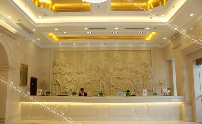 酒店采用欧式风情设计,装修风格经典,雅致,温馨,拥有豪华客房131间