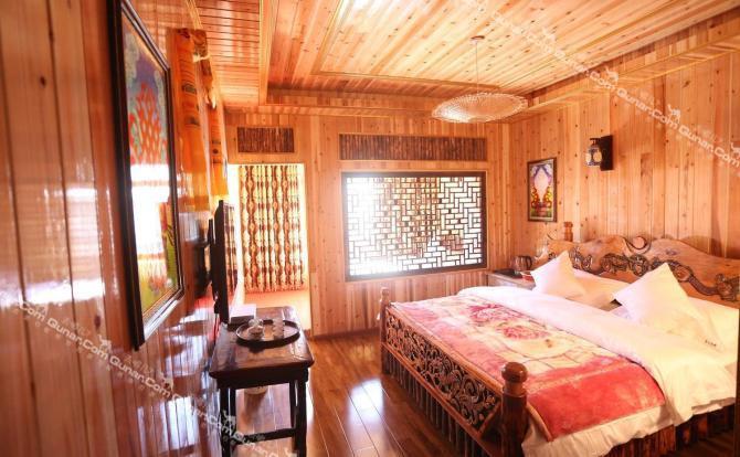 客栈有16间房,都是藏式装修风格,带有独立卫生间,每间房都各有特色