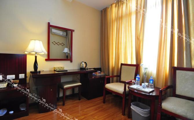 曲靖联森商务酒店  曲靖联森商务酒店位于曲靖市麒麟区得胜家居城斜
