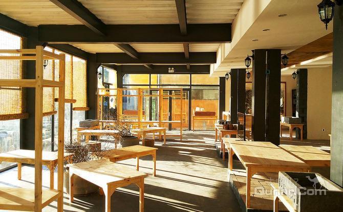 客栈因钢架结构必须使用防腐漆之外纯环保设计理念建盖,天然芦苇杆