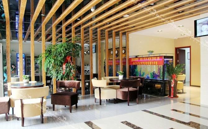 北临青岛流亭国际机场和青岛长途汽车北站.