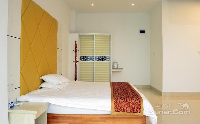 莆田湄洲岛湄海湾度假酒店主楼高4层,装饰风格温馨简约,具备10余间