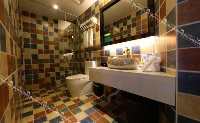 三楼复古风,手绘壁画人物生动;四楼地中海风情,蓝色的地毯,蓝色的窗帘