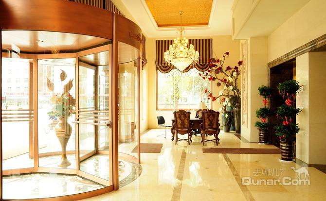 酒店大堂富丽堂皇,气派非凡,设有总服务台,商务中心,大堂茶吧,为客人