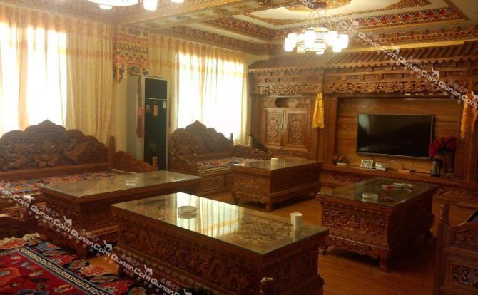 藏式装修的特色宾馆,客厅装潢及家具均纯手工雕刻而