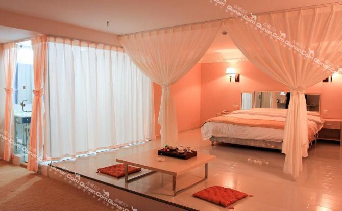 宾馆装饰装修风格高贵时尚,不同楼层分别选用金,银,粉色为主色调.