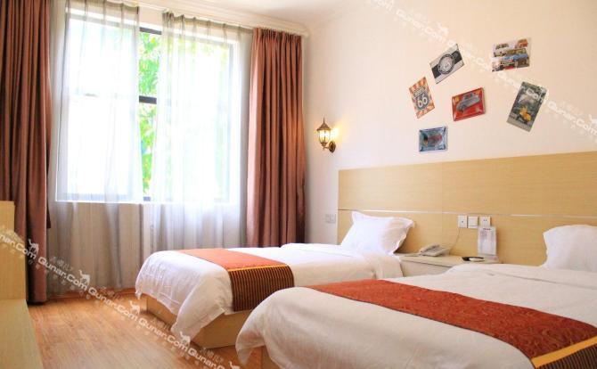 酒店位于榆亚大道,属三亚市繁华的大东海景区附近,距高铁站,飞机场约