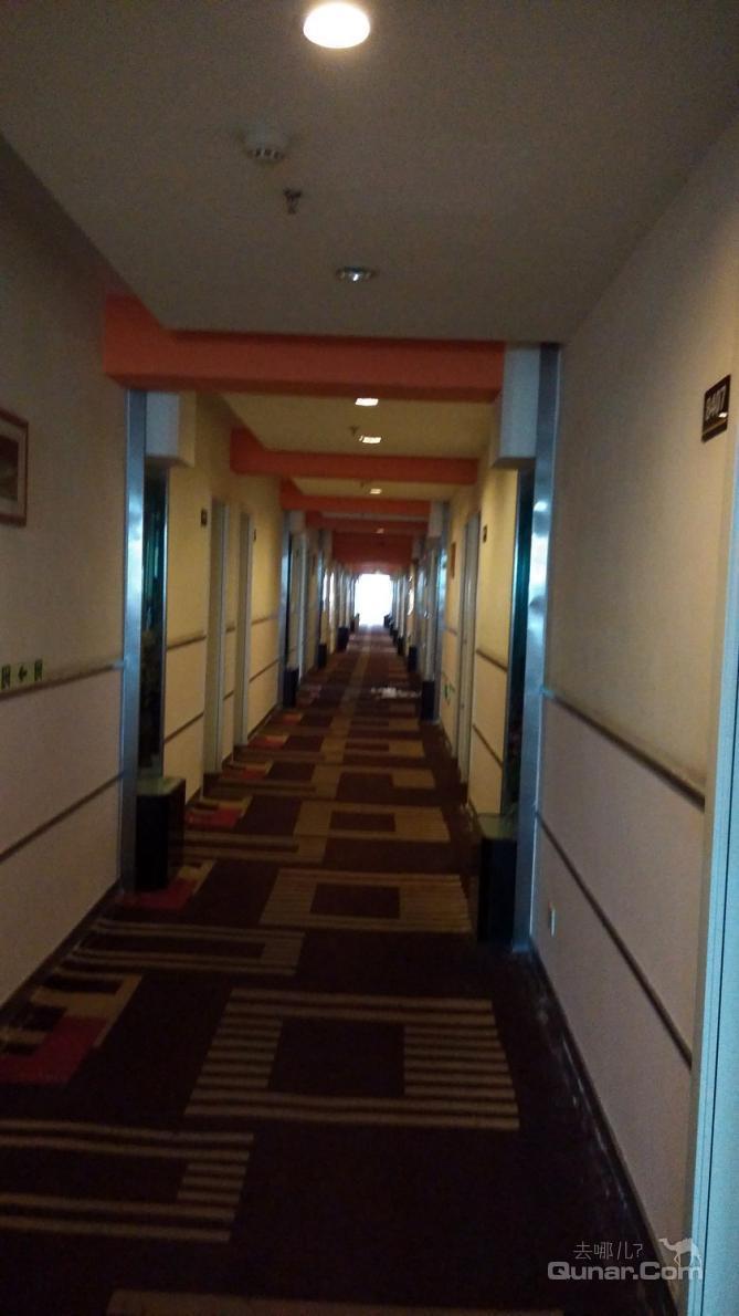 酒店所在的位置是到达南麂岛码头必经之路,在南麂岛码头乘坐快艇仅需
