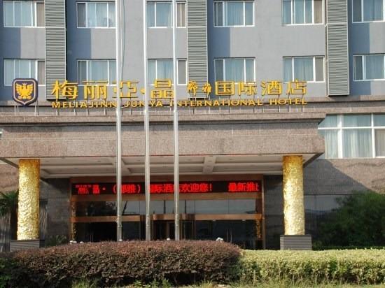 南濒洋山深水港和滴水湖,北倚浦东国际机场,上海野生动物园和即将开园