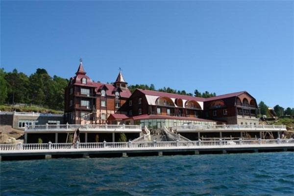 入住奥利洪岛上特色的旅游基地木屋酒店