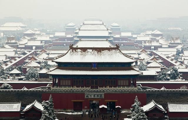 故宫博物院是中国最具代表性最出名的景点,从每天的客流量和外国游客的数量就看得出来。要说故宫可是有太多说的了,我已经去了两次,明年还打算去第三次,因为里边真的很大,有的宫殿还限时开放,一次根本看不全。交通坐地铁一号线天安门东、天安门西下都行,公交车四通八达的,查查手机地图好了。故宫的唯一入口是午门,就是在天安门进去,出口是神武门和东华门。每年4月1日到10月31日是旺季,票价是60元,其他时间淡季门票40元,里边有两个展览,珍宝馆和钟表馆门票各10元,语音讲解器是每台租金20元,位置在午门和神武门,故宫每周