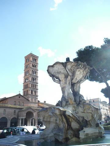 """""""这个教堂就是罗马著名的景点真理之口所在的教堂,教堂走廊外面就是真理之口,很多人通过捐献0_科斯梅丁圣母教堂""""的评论图片"""