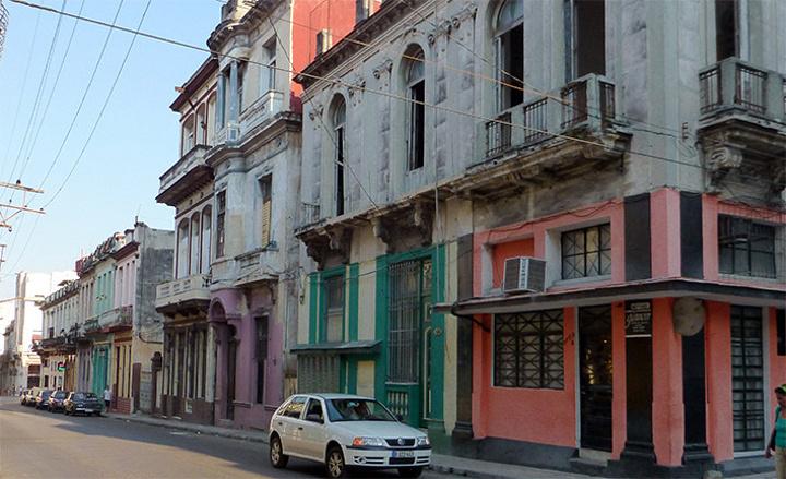 """""""年轻人上大学前必须服兵役一年。哈瓦那大学位于市中心新区。它是古巴最古老、规模最大的一所大学_哈瓦那大学""""的评论图片"""