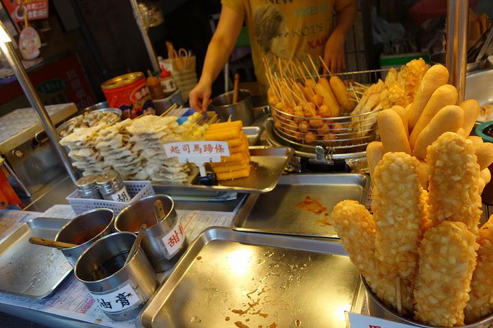 """""""比较推荐的有樱花虾,炸鸡排,大肠包小肠,杏仁豆腐,鱼丸汤,砵仔糕,炸花枝,你可以买上大包小包,..._淡水老街""""的评论图片"""