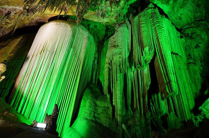 """""""芙蓉洞是一个很大的溶洞,洞内游览路线有1846米,里面很壮观,还有各种颜色的灯光打在钟乳石上面..._芙蓉洞""""的评论图片"""