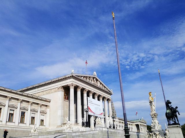 """""""希腊式的门庭,罗马式的柱廊,精美的雕塑,漂亮的喷泉,整个建筑既华丽又大气,不愧是欧洲最美的国会大厦_奥地利国会大厦""""的评论图片"""