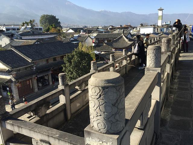 """""""...步""""的大石头立于门前,四方的城墙围住了古城,上面人要少得多,可以走上去逛逛,俯瞰四周,风景独好_大理古城""""的评论图片"""