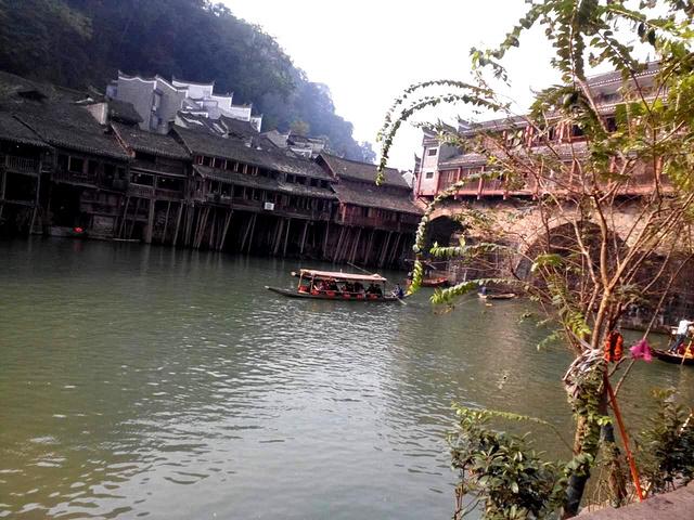"""""""还会穿过沱江上的虹桥等诸多著名景点。风景比较古朴且具有民族特色。还会穿过沱江上的虹桥等诸多著名景点_北门码头""""的评论图片"""