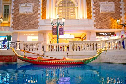 威尼斯贡多拉游船的图片
