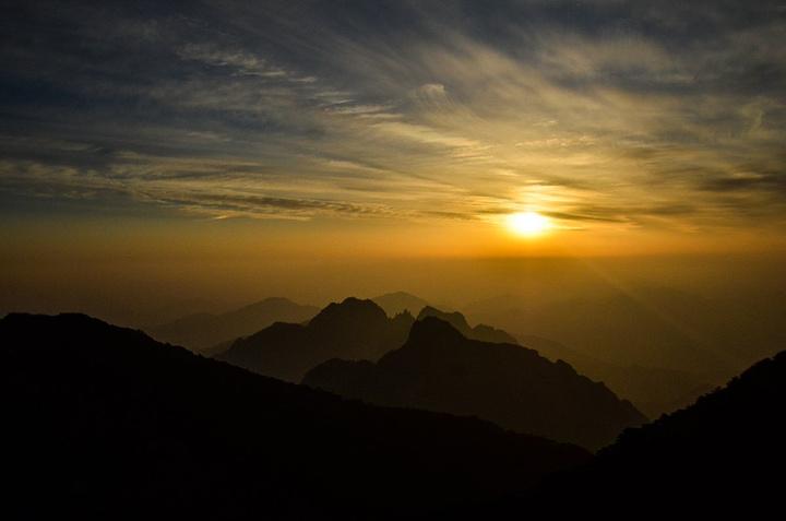 """""""...最为宽阔的地方,而这里的日出与日落是整个黄山各大山峰之中两者兼有之并且也是最佳的日落观景点之一_光明顶""""的评论图片"""