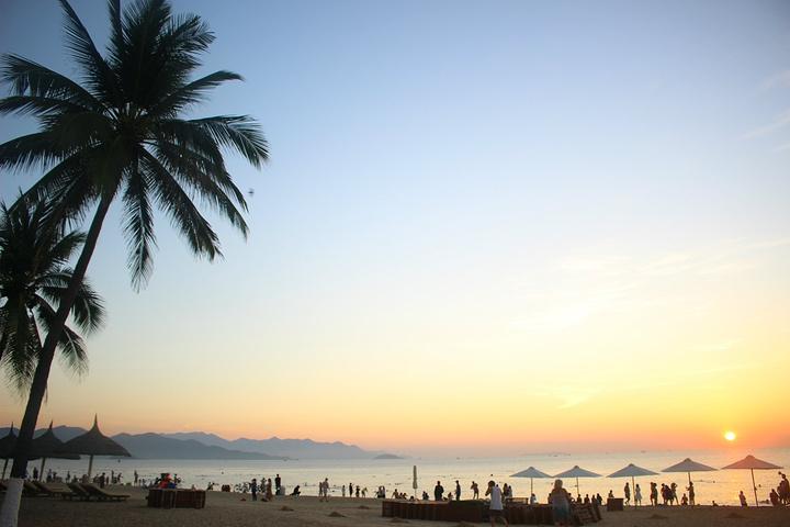 """""""芽庄海滩属于城市沙滩,与芽庄市区相融,拥有独特的城市景观,与街市是一道马路之隔,这一边的的小贩..._芽庄海滩""""的评论图片"""