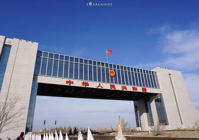 """""""其实中国的国门景区非常多,但二连国门还是很有特点的:①二连国门的对岸是神秘的蒙古国,这个我们既..._二连浩特国门景区""""的评论图片"""