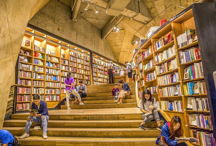 """""""一家书店成为网红和旅游景点,国内大概只有方所书店了吧!门票:免费;据说有4万种港台书刊和近万种外文书_方所书店(成都店)""""的评论图片"""