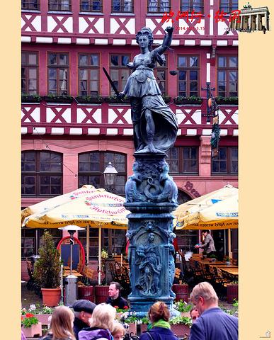 """""""广场中央有座建于1611年的正义女神喷泉像,女神面向旧市政厅,手持象征公正的天平,使人想起中世..._正义女神喷泉""""的评论图片"""
