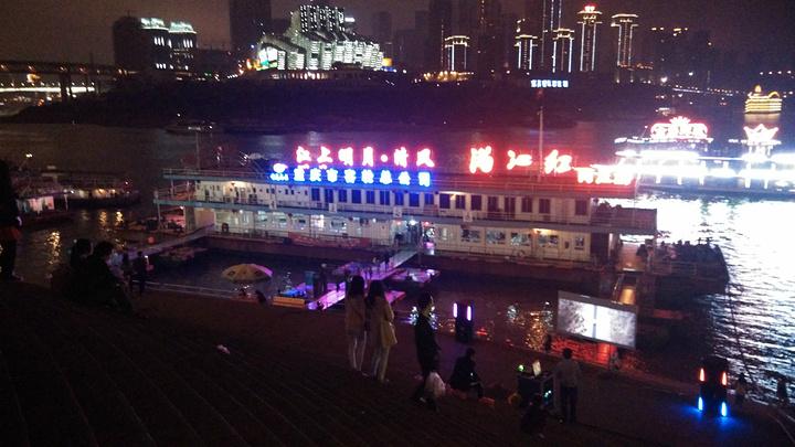 """""""...游轮的问题,如果你有足够的时候,沿着江边是可以看到很多美景,但是来重庆,不坐游轮真是很大的遗憾_洪崖洞商业街""""的评论图片"""