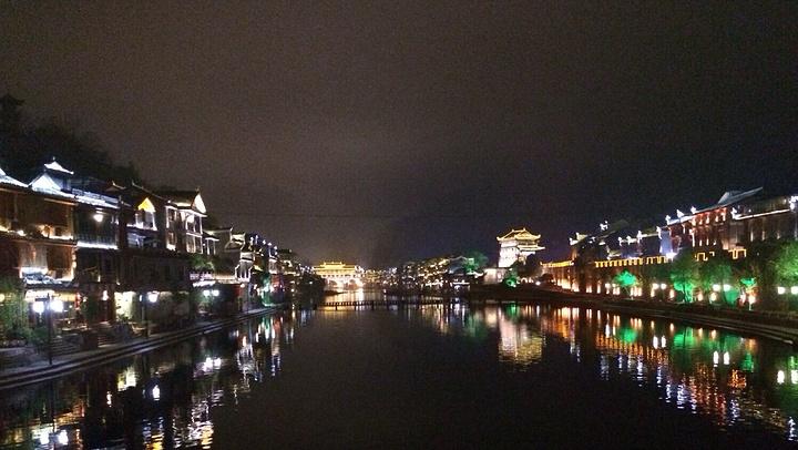 """""""极度推荐住在沱江吊楼,早上听着水声,晚上伴着沱江的画卷如诗的美景入睡。首先,门票。二、沱江的景色_沱江泛舟""""的评论图片"""
