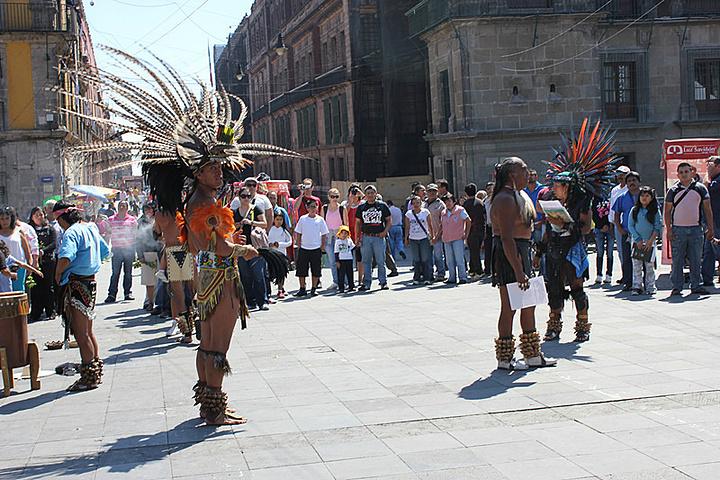 """""""众多身着印第安民族服饰的传统服装摊贩和装扮得绚丽多彩的印第安民俗艺人,是广场上的独特风景_墨西哥城宪法广场""""的评论图片"""